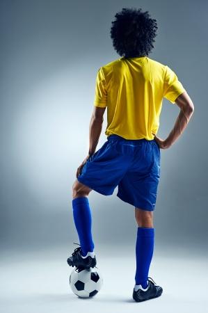 uniforme de futbol: Hombre de Brasil de pie listo para competir con el balón