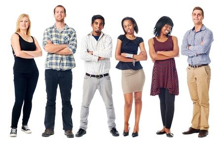 människor: grupp av verkliga självsäkra människor ler armarna i kors isolerad på vitt Stockfoto