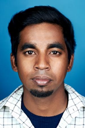 Indiase man portret op blauwe achtergrond Stockfoto