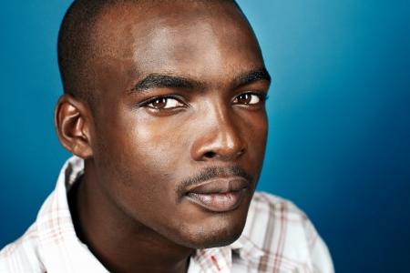 Ritratto di uomo reale africano naturale su sfondo blu Archivio Fotografico