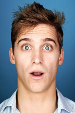 viso uomo: Funny face uomo ritratto vero divertimento espressione sciocca