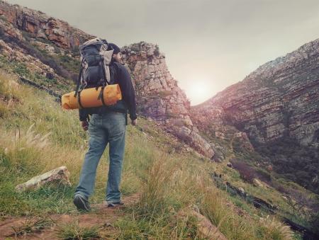 al aire libre: Adventure hombre excursiones por la montaña con mochila desierto, al aire libre estilo de vida de vacaciones supervivencia Foto de archivo