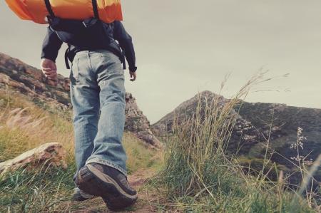 Aventure homme randonnée en montagne sauvage avec sac à dos, vacances de survie de vie en plein air