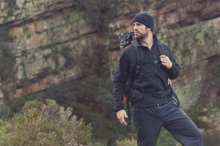 Adventure hombre excursiones por la montaña con mochila desierto, al aire libre estilo de vida de vacaciones supervivencia