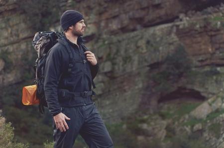 Abenteuer Wildnis Berg Mann Wandern mit Rucksack, Outdoor-Lifestyle Überleben Urlaub