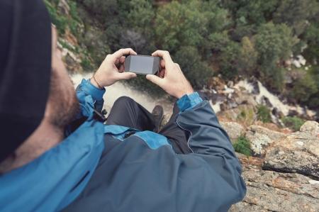 Hombre de aventura con el dispositivo GPS o teléfono al aire libre en el desierto, explorar Foto de archivo - 22616464