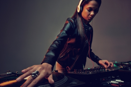 파티에서 진정한 여자 DJ 연주 음악