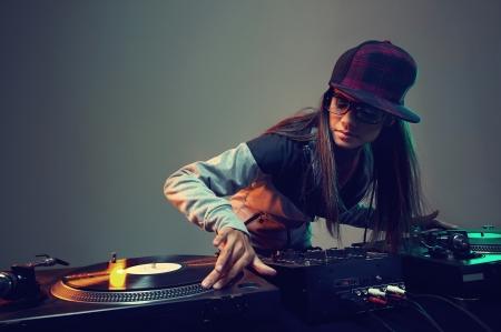 auriculares dj: Hiphop dj mujer tocando en el club nocturno el estilo de vida del partido