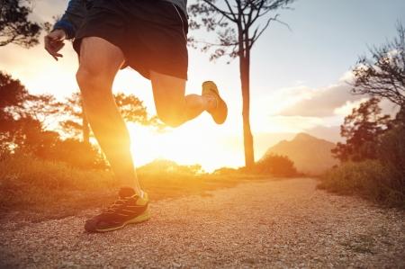 hacer footing: hombre corredor de pista ejercita para la aptitud al amanecer en las monta�as que hacen deporte