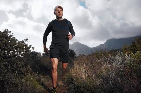 フィットネスや健康的なライフ スタイルのための運動測定とウルトラ マラソン トレイル ランナー 写真素材