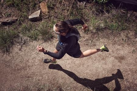 山の上を実行しているトレイル ランナーのオーバー ヘッド ビュー 写真素材