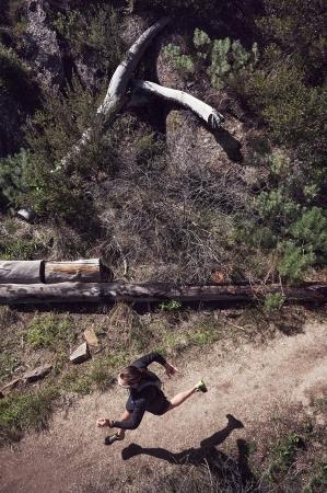 liggande: Utsikt över spår löpare på berg