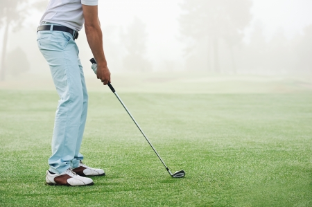 골퍼 타격 골프는 동안 여름 휴가 코스에서 클럽 촬영