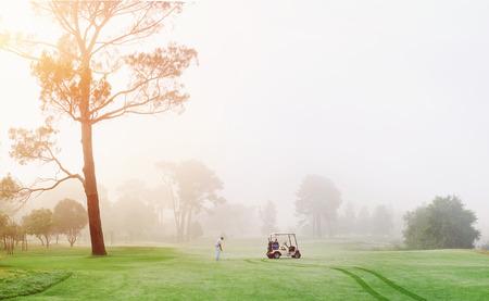 Mooie vroege ochtend golfspel op de cursus in de zonsopgang en een panoramisch uitzicht Stockfoto