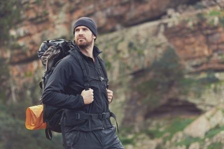 überleben: Potrait von Abenteuer-Trekking-Mann in den Bergen mit Rucksack