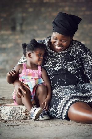 Madre africana Rural y niña sonriendo y divirtiéndose juntos