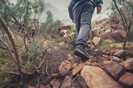 バックパックは、アウトドア ライフ スタイル生存休暇と荒野山をハイキングの冒険の人
