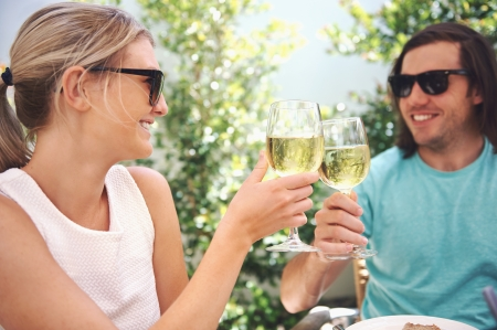 bebiendo vino: Pareja de beber vino blanco en el almuerzo, mientras que en las vacaciones de verano Foto de archivo