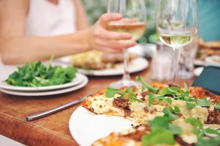 夏の休暇のカップルのための健康的なレストランでランチ