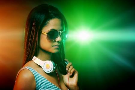ni�as sonriendo: Retrato de mujer de DJ con los auriculares y luces de discoteca