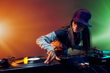 auriculares dj: Dj Hiphop mujer jugando en el estilo de vida del partido del club nocturno