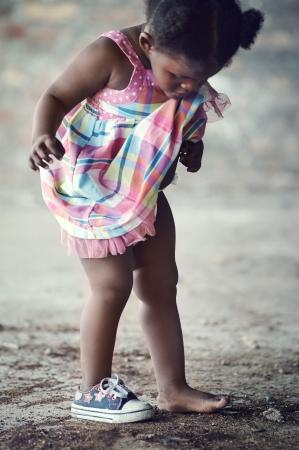 pobreza: Niño de la pobreza africana con un zapato