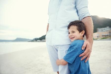 해변에서 안전과 보안, 아버지의 사랑의 포옹과 아들의 느낌 스톡 콘텐츠