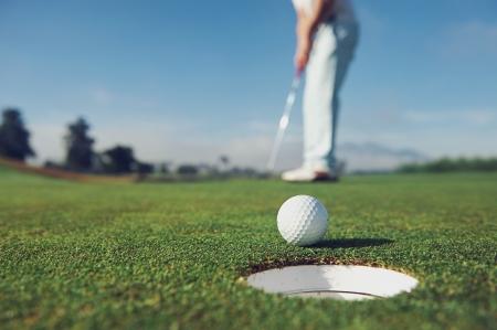 バーディーのグリーンを置くゴルフ男