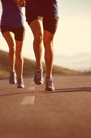 hombres corriendo: fitness ejercicio de entrenamiento de pareja para correr el maratón de estilo de vida