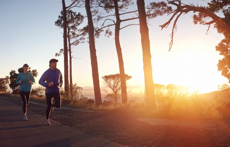 pareja saludable: Correr en pareja amanecer ejercicio de marat�n y la aptitud del entrenamiento