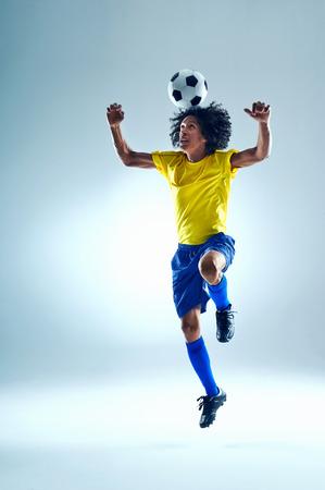 Voetbal fotball speler header bal met vaardigheid
