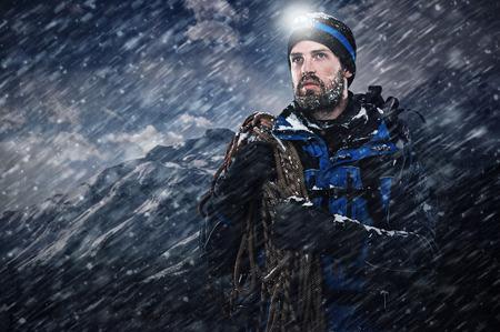 dobrodružství hora muž ve sněhu vánici hledá na s odhodláním a odvahou