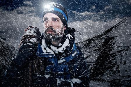 Abenteuer Bergmann im Schnee Expedition mit Kletterausrüstung und Entschlossenheit