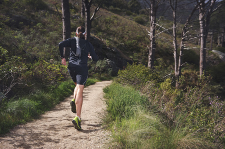 hombres corriendo: Mountain Trail maratón entrenamiento del hombre de fitness y estilo de vida saludable
