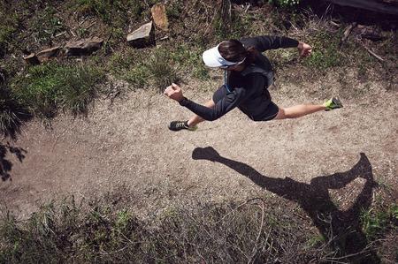 山で実行されているトレイル ランナーのオーバー ヘッド ビュー