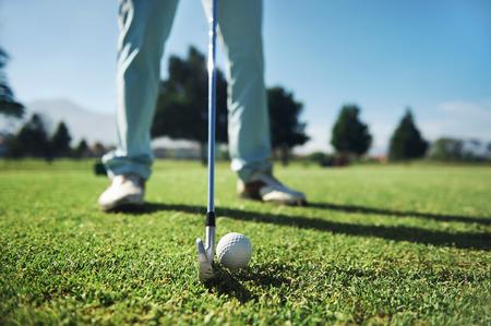 鉄のティー ショットを打つゴルファーのクローズ アップ 写真素材