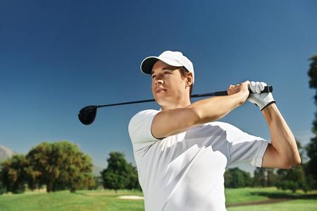 columpio: Golfista golpear club de conductor en curso para golpe de salida