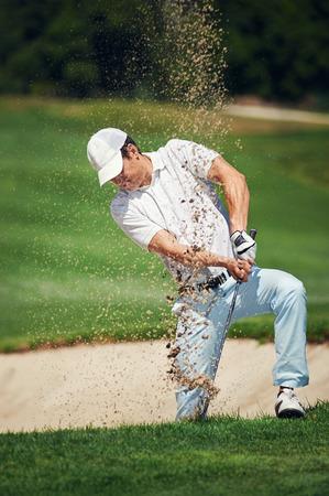 골프 모래 벙커 골퍼가 해저드에서 공을 치는에서 촬영