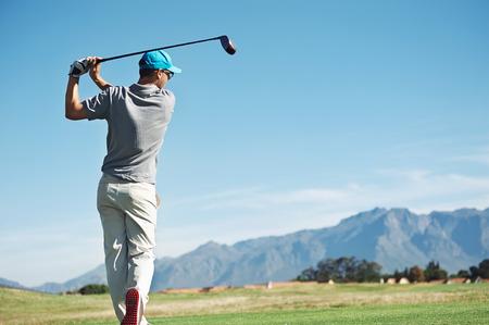 Golfspeler die tee shot met chauffeur uit teebox, op mooie baan en een goede staking Stockfoto