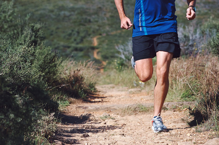 hombres corriendo: Trail running man ejercicio al aire libre para la aptitud