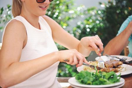 pareja comiendo: Almuerzo en un restaurante saludable para una pareja de vacaciones en verano