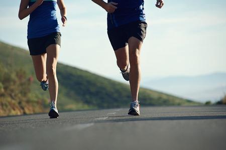fitness cvičení pár trénink na maraton běží životní styl