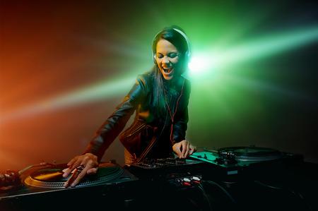 tocando musica: Mujer linda dj divertirse tocando m�sica en cubierta disco de vinilo en el estilo de vida de la vida nocturna del partido del club