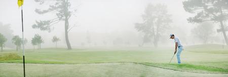 ゴルフ フェアウェイ グリーン近くにチップ パノラマ霧のかかった朝
