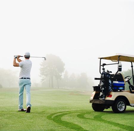 golfista v fairway s košíku hraní střílel na zelenou