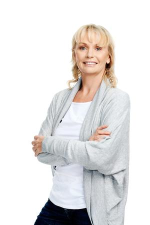 Retrato de la sonrisa rubia mujer mayor con los brazos cruzados en el estudio de ropa casual Foto de archivo - 30099015