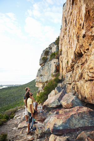 그들의 등반 장비와 함께 가파른 산에서 바라 보는 두 rockclimbers
