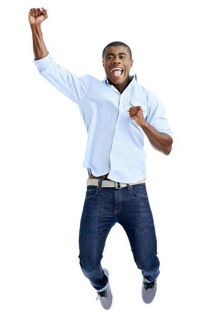 hombres negros: celebración salto del hombre africano con los brazos extendidos gritando