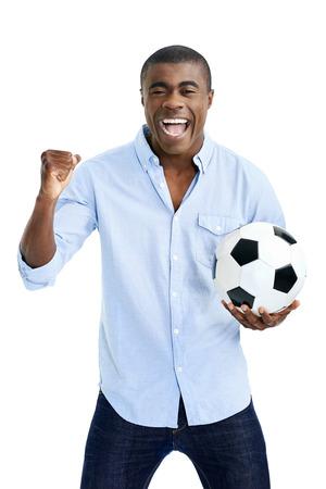 slaví fotbalový fanoušek s míčem fandění ve studiu izolovaných na bílém