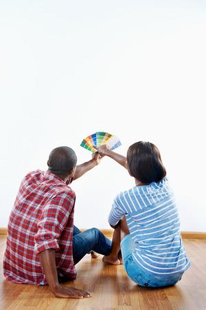 新しいアパートの色見本から色を選択します。 写真素材